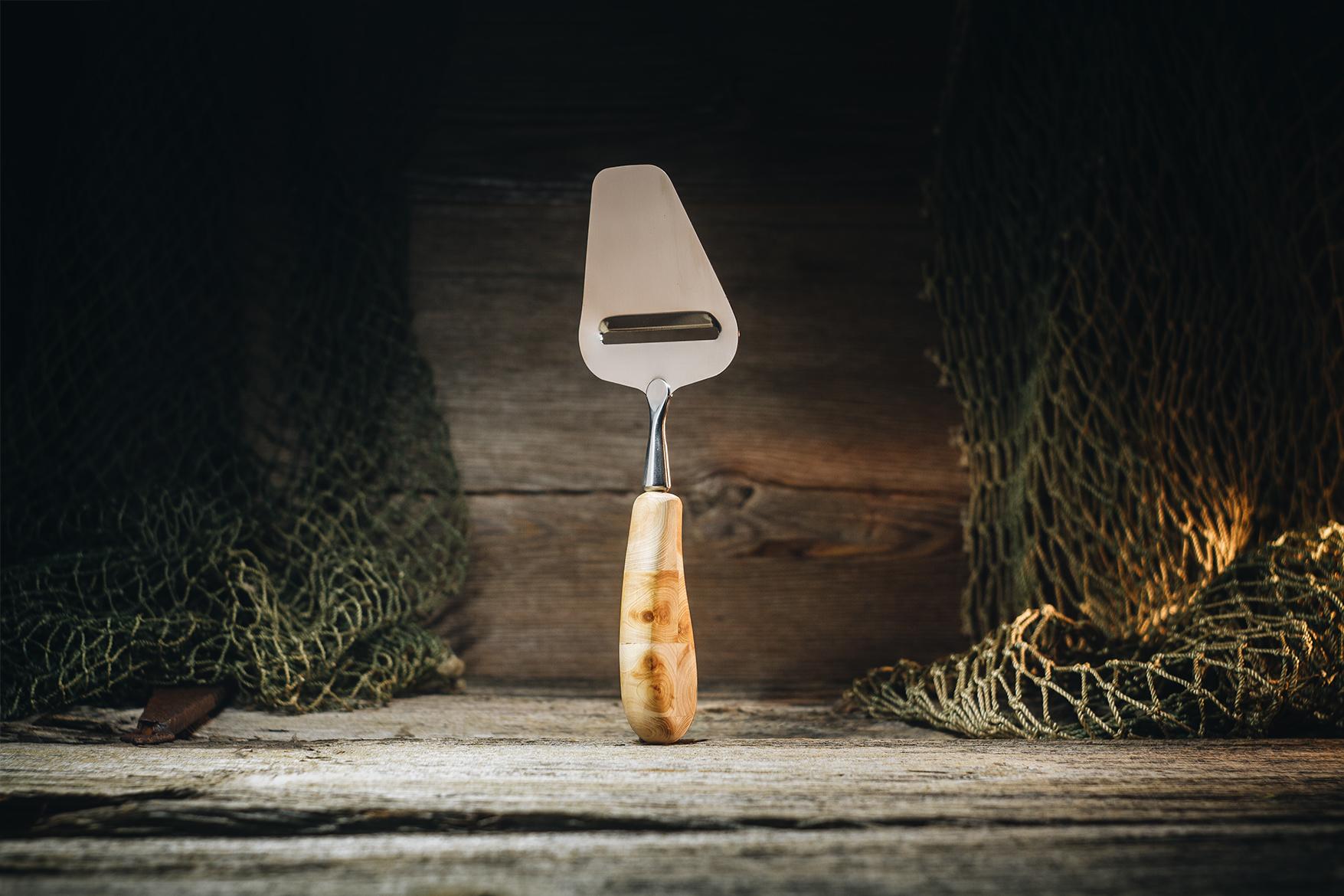 Juustuhöövel traditsiooniline(kadakas)/Cheese slicer traditional (juniper)