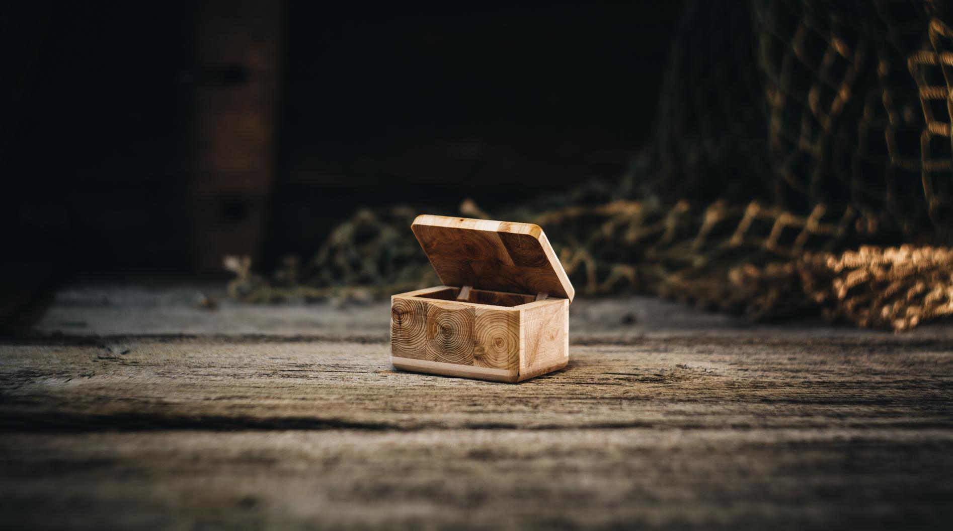 Ehtekarp väike (kadakas)/ Jewel case small (juniper)