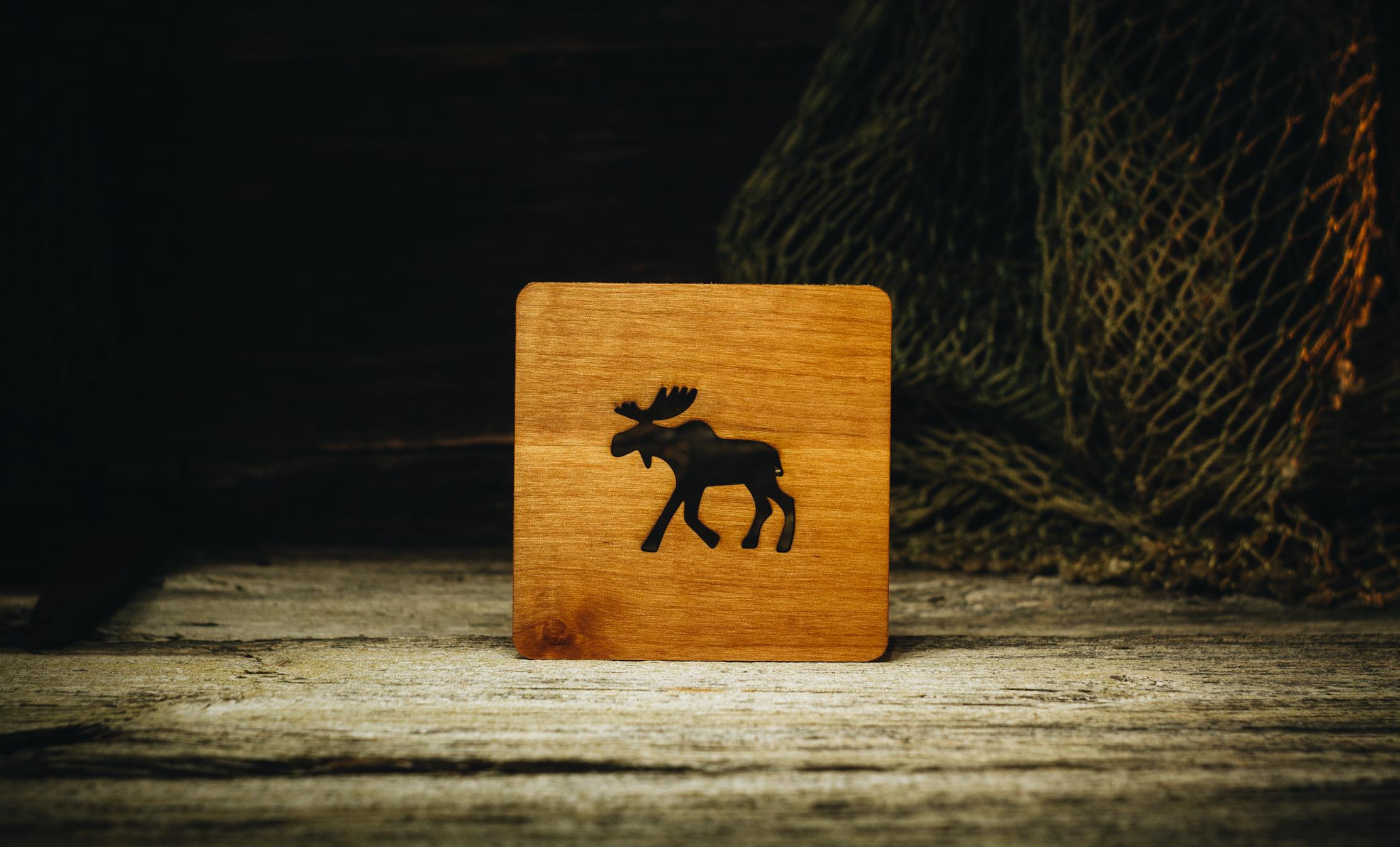 "Klaasialus ""Jooksev põder""(lepp) / Coaster ""Running elk"" (alder) 100x100x5 mm"
