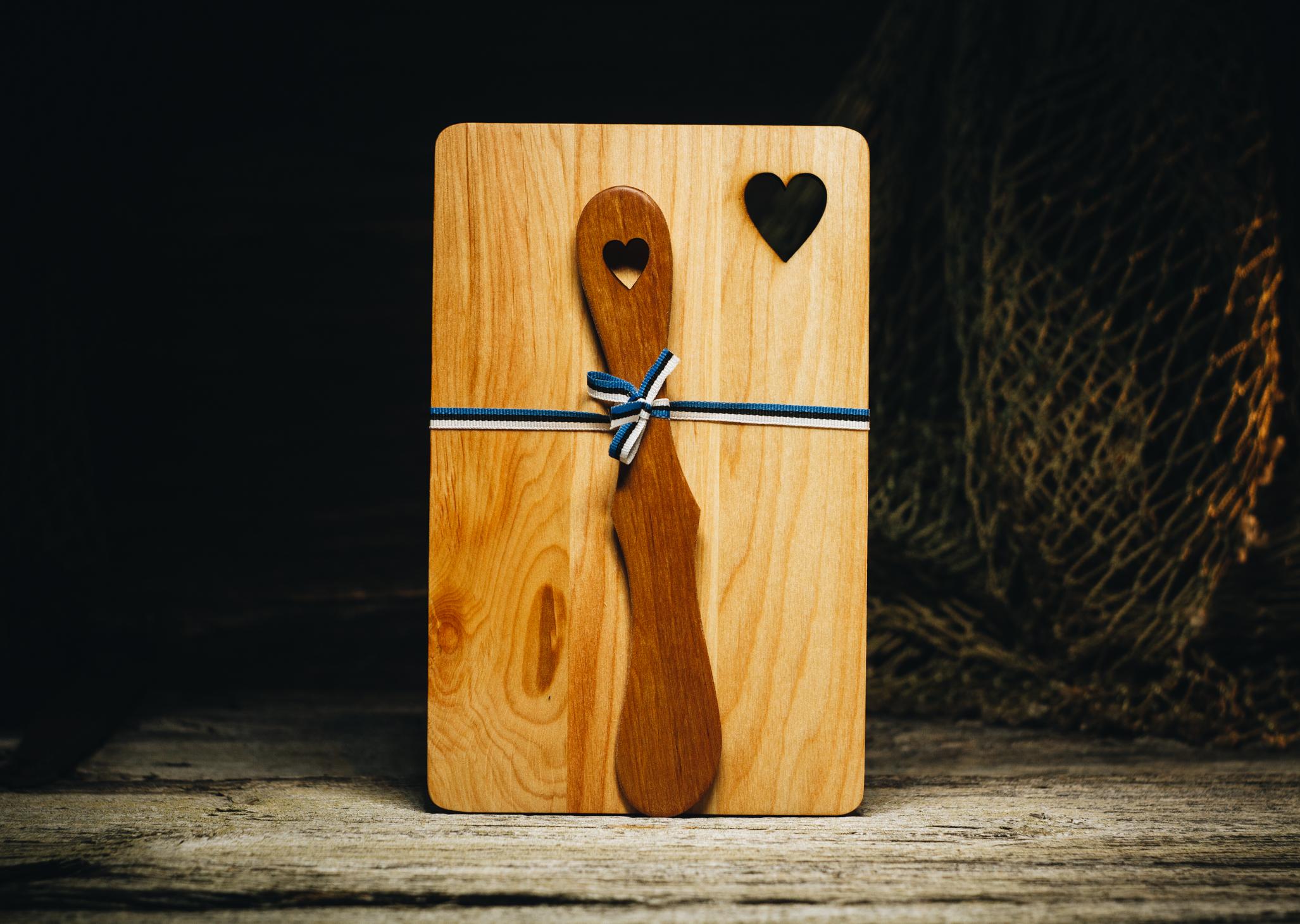 """Võileivaalus ja nuga """"Süda""""(lepp) /  Sandwich plate and knife """"Heart"""" (alder)"""